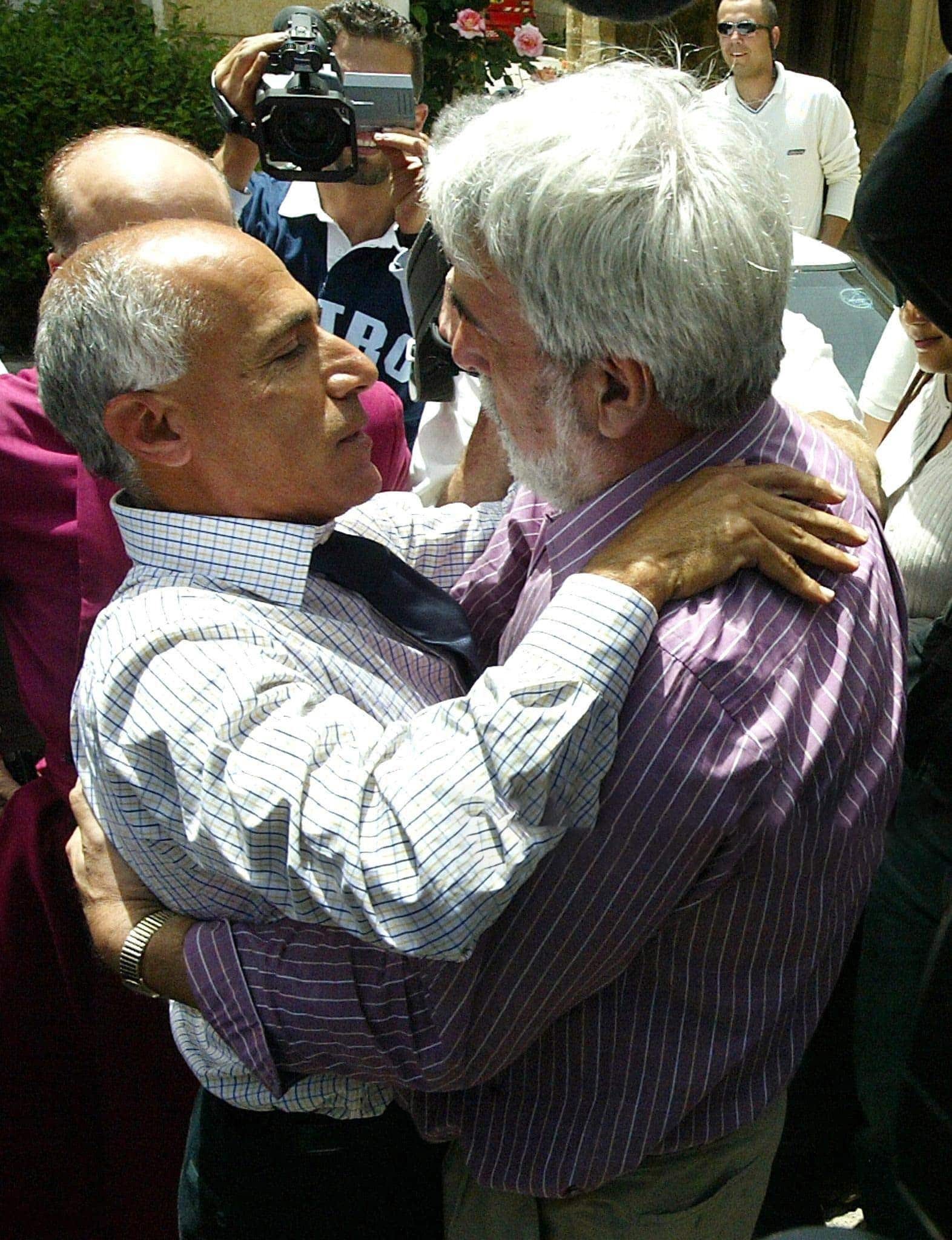 Hounam re-unites with Vanunu on his release from prison in 2004
